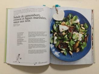 Et la salade de camembert, cresson et figues marinées, sauce aux noix.